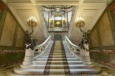 Escalera principal de acceso al primer piso. (Foto: David Jiménez) En 1976, el Palacio de Linares fue nombrado Patrimonio Histórico Nacional y a finales de la década de los 80 pasó a ser propiedad del Ayuntamiento de Madrid, comenzando éste su restauración.