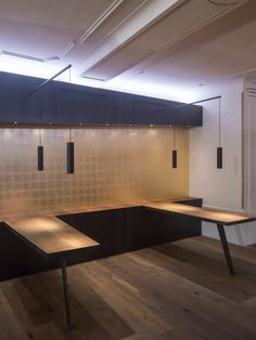interior finishings restaurant and bar for Hard Rock Cafe Innsbruck: black steel wall with golden surface made of composition gold and golden spackled incisions, tables