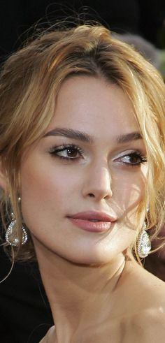 Keira Knightley - dark eyebrows but blonde hair, I could pull this off Wedding Hair And Makeup, Bridal Hair, Hair Makeup, Bridal Makeup Natural Blonde, Natural Makeup, Bridesmaid Makeup Natural, Celebrity Wedding Makeup, Soft Wedding Makeup, Eye Makeup