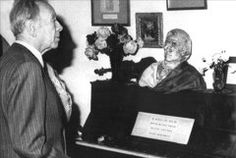 Fotografía de archivo tomada el 02/05/1980 en Palma de Mallorca, del escritor argentino Jorge Luis Borges visitando la celda de la Cartuja de Valldemossa que durante muchos años ha sido mostrada como el lugar donde residió y compuso Fréderic Chopin durante sus estancias en Mallorca. EFE/Archivo