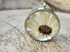 margriet pendant  dryed flower necklace van MarieksJewelry op Etsy