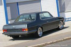 In der Mercedes-Fans-Gemeinde gibt es nicht nur Typen, die auf getunte Fahrzeuge oder Klassiker stehen, es gibt auch ein Schnittmenge, die sich für beides erw