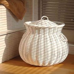 ◁ Bathroom baskets to decorate and order the interiors Newspaper Basket, Newspaper Crafts, Linen Baskets, Wicker Baskets, Picnic Baskets, Willow Weaving, Basket Weaving, Bathroom Baskets, Laundry Baskets
