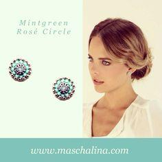 """""""Ohne Mintgrün gehts nicht. Ohne das Circle Design ebenso wenig. Gerade deshalb wurde der Ohrring in sommerlich frischem Stil Teil der neuen Kollektion. Modemagazin Maxima schwärmt bereits. Zitat:"""" Bling! Bling! Die Farbe des Sommers ist kühles Mint!"""" MINTGREEN ROSÉ CIRCLE."""""""