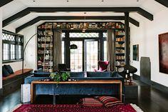 salon moderne aménagé avec un meuble bibliothèque mural de design fonctionnel et gain de place
