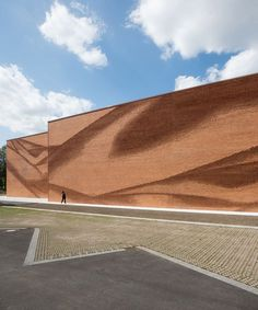 behet bondzio lin architekten has realised a strong textile image in the undulating brick facade of this building in germany. Movement Architecture, Brick Architecture, Futuristic Architecture, Ancient Architecture, Architecture Details, Chinese Architecture, Building Skin, Brick Building, Building Design