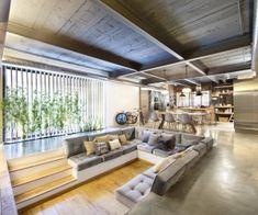 Интерьер охватывает чердак чувствовать себя с кирпичными лица, в загородном потолочные балки, воздуховодов промышленные, бетонные полы. Одна...