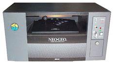 Neo Geo Deck o anche Room Amusement System fu una variante dell'ecosistema Neo Geo prodotto nel 1993, solo per il mercato giapponese per essere utilizzato come sistema pay-per-play in camere d'albergo, dormitori universitari, sale d'attesa e persino centri comunitari. Altri tempi, altre idee...  #retrogaminghistory #retrogaming #neogeo #snk #retrogame #retrogamemachine Retro Game, Neo Geo, Home Computer, Super Nintendo, 8 Bit, Deck, Play, History, Rpg