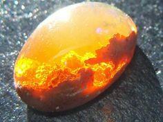 Opalo                       El ópalo es un mineraloide del grupo VIII (Silicatos, Tectosilicatos), según la clasificación de Strunz relacionado con los cuarzos, aunque no es uncuarzo, y que se caracteriza por su brillo y astillabilidad. El ópalo es a menudo un elemento fosilizador de animales y plantas. Sirve además como materia prima en las industrias de la piedra tallada. Antiguamente los ópalos procedían de yacimientos, ahora agotados, enEslovaquia. En Australia fueron halladas las…
