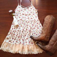 >Kentucky life< • • • #bellaragazzaboutique #newarrivals #countrygirl #kentucky #style #sundress #boots @lucchese #sweet