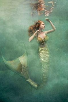 美しい衣装を纏った女性たち。人魚、妖精などをイメージしたドラマティックな水中写真 | ADB