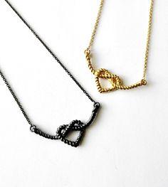 Kauniit solmitut sydän-kaulakorut hopeaa: Oksidoitu harmaa ja kullattu antiikkikulta #hopeakoru #verkkokauppa #JulianKorulipas Arrow Necklace, Jewelry Design