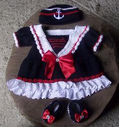 Vestidinho confeccionado em trico em fio antialergico, gorro e sapatinhos confeccionados em crochê.  Detalhes - fitas de cetim, botões  cor - marinho com detalhes branco e vermelho.  tamanho - 2 a 4 meses R$ 99,00