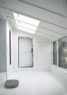 【光と影で遊ぶ】全てが継ぎ目なく白く塗られた室内
