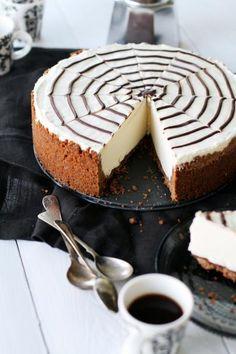 Juustokakku on hyytävä Halloween-herkku! Ilman uunia tai liivatetta syntyvä juustokakku hyydytetään pakastimesta, ja sieltä sen voi näppärästi nostaa lokakuun lopun juhlapöytään.