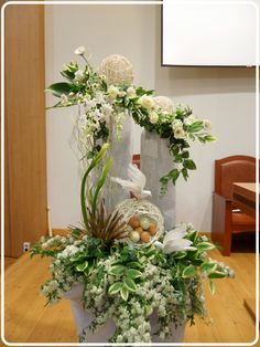 Beautiful Easter Flower Centerpieces to Bring Fresh Spring Into Your Home Easter Flower Arrangements, Tropical Floral Arrangements, Table Arrangements, Floral Centerpieces, Altar Flowers, Church Flowers, Funeral Flowers, Ikebana, Contemporary Flower Arrangements