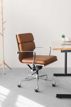 Office Furniture Design, Home Office Design, Chair Design, Bedroom Furniture, Brown Leather Office Chair, Leather Chairs, Work Chair, Minimalist Office, Home Office Chairs