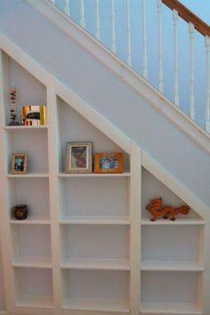 Aprovecha el espacio que hay debajo de la escalera. Foto: instructables.com