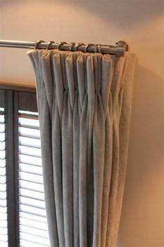 Grijze linnen gordijnen met een leuke roede.