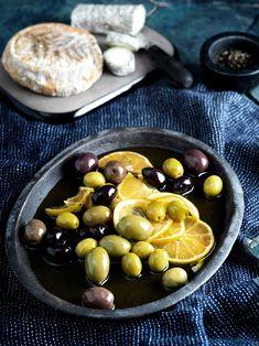Varma citrusoliver — Välj gärna olika sorters oliver. De svarta är ofta saltare och lite mjukare, medan de gröna kan upplevas lite fastare och mildare. I saluhallar kan man ibland ha turen att hitta härliga olivblandningar. Att servera oliverna i varm olja smaksatt med citrus är magiskt gott. Oliver, Medan, Baguette, Fruit, Food, Essen, Meals, Yemek, Eten
