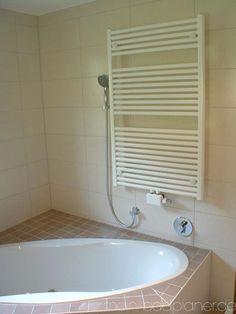 Eck-Badewanne und Heizkörper