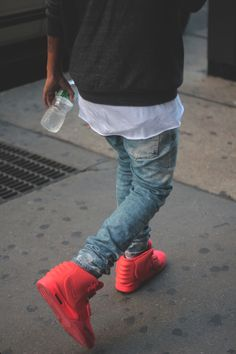 31 Beautiful Sneakers You Wish You Had - OnPointFresh Urban Fashion, Mens Fashion, Fashion Outfits, Street Fashion, Fall Fashion, Outfits Hombre, Hipster Man, Urban Street Style, Red Sneakers
