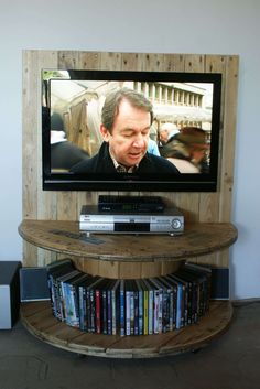 Amazing Pallet TV Stand From Reclaimed Cable Drum & Pallet Wood  #cabledrum…