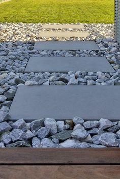 Terrasse Holzboden Bruchsteine Holzterrasse schöner Rasen Betonplatten Architektenhaus Rasenkante Metallrasenkante