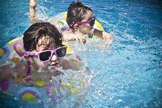 Cómo aplicar correctamente el protector solar a tus hijos. Llega el verano y con él la exposición al sol, lo cual es motivo de preocupación sobre todo se tiene niños pequeños.