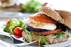 Panino con melanzane fritte e mozzarella Eggplant Sandwich, Grilled Eggplant, Burger Recipes, Grilling Recipes, Healthy Foods To Eat, Healthy Recipes, Easy Recipes, Vegetarian Options, Eating Habits
