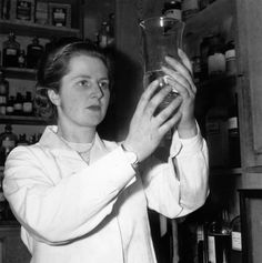 Margaret Thatcher (the Iron Lady) working as a research chemist in January 1950. Helped in the invention of SOFT SERVE ICE CREAM. Photo by Chris Ware/Keystone Features/Getty Images)
