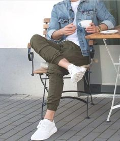 Jaqueta jeans + camiseta branca + jogger verde + tênis branco