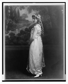 Mary Pickford, who starred in the 1914 movie Hearts Adrift. She became a movie sensation and one of the first true Movie Stars. Hollywood Glamour, Classic Hollywood, Old Hollywood, Hollywood Actresses, Hollywood Pictures, Hollywood Icons, Hollywood Stars, Pictures Of Mary, Images Of Mary