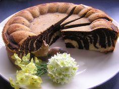 Veľmi efektný koláč, ktorý v základnej forme poslúži ako bábovka na raňajky, ale ak ho naplníte môže z neho byť aj zaujímavá torta... fantázii sa medze nekladú.