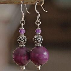 Boucles d'oreilles perles bois couleur améthyste et perles métal travaillé