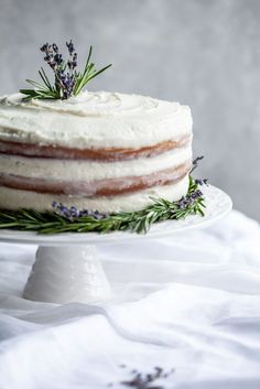 Rosemary Lavender Cake With A Lavender Buttercream … Rosmarin-Lavendel-Torte mit Lavendel-Buttercreme … Creative Cake Decorating, Creative Cakes, Cupcakes Decorating, Pie Cake, No Bake Cake, Köstliche Desserts, Delicious Desserts, Lavender Cake, Lavender Recipes
