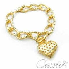 ✨ Pulseira Amore folheada a ouro com pingente de coração com estrelas vazadas. ✨  Use o Cupom de desconto e ganhe 10% de desconto.   ╔═══════════════════╗ #Cassie #semijoias #acessórios #moda #fashion #estilo #inspiração #tendências #trends #prata #cupomdedesconto #bracelete #instajoias #love #pulseirismo #zirconias #folheado #dourado #muranos #berloques #charms #
