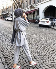 Hijab Styles 632896553867202081 - Classique … Source by zizknsns Modest Fashion Hijab, Modern Hijab Fashion, Street Hijab Fashion, Hijab Casual, Hijab Fashion Inspiration, Hijab Chic, Muslim Fashion, Mode Inspiration, Fashion Outfits
