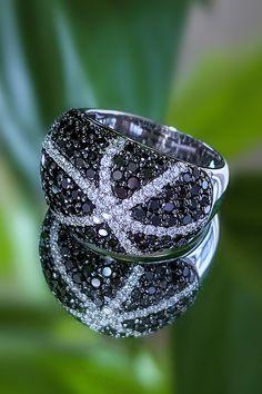 Množstvo nadpozemskej krásy okolo nás nedáva pochybovať, že príroda je natoľko silná, aby ňou vedela zásobovať naše zmysly celoročne. A ak sa majstrovsky zjednotí kontrast farebných a bezfarebných diamantov, nadčasové biele zlato a zmysel pre detail našich majstrov v klenotníckej výrobe, vznikne šperk s ambíciou doplniť vašu zbierku klenotov hrdo a bez kompromisov. Prsteň Faith priamočiaro deklaruje našu víziu na najbližšie dni: robiť vám radosť tým najkrajším spôsobom, aký si vieme… Statement Rings, Heart Ring, Wedding Rings, Engagement Rings, Diamond, Jewelry, Enagement Rings, Jewlery, Jewerly