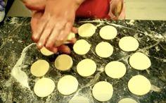 Rychlé a křehoučké koláčky z tvarohu. Stačí smíchat jen 3 přísady a máte pochoutku ke kávičce ! Vydrží celý týden ! – magnilo Czech Recipes, Griddle Pan, Pavlova, Stepping Stones, Cake Recipes, Health Fitness, Food And Drink, Dishes, Baking