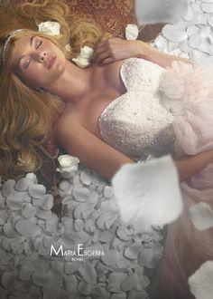 Capas envuelven romantico vestido de novia Disney. Junto a un precioso diseño…