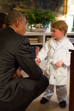 Prince George Casually Meets President Barack Obama and First Lady Michelle — in His Pajamas Michelle Obama Pictures, Michelle Und Barack Obama, Barack Obama Family, Obamas Family, Duggar Family, Lady Diana, Elizabeth Ii, Prinz Georges, Kate Und William