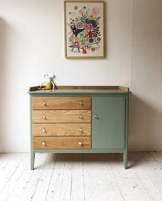 "StipStyling op Instagram: ""#stipstyling#kinderkamer#commode#retrocommode#vintagecommode#vintage#vintagekastje#vintagekast#retro#babykamer#zwanger#baby#kinderkamerstyl…"" Green Painted Furniture, Diy Kids Furniture, Plywood Furniture, Furniture Makeover, Ikea Nursery, Nursery Dresser, Nursery Room, Baby Boy Rooms, Furniture Restoration"