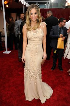 Kaley Cuoco Evening Dress - Kaley Cuoco looked refined in a lovely appliqued evening dress at the People's Choice Awards.
