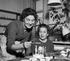 Raija Uosikkinen and Esteri Tomula, at the Arabia factory in 1957 Online Collections, Sacramento, Finland, Che Guevara, Couple Photos, Celebrities, Designers, Inspirational, Artists