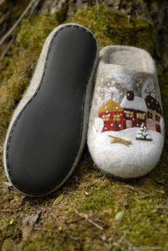 Обувь ручной работы. тапочки валяные Зима в городе N. ВСЕМ ТЕПЛА!   (Елена - САМОВАЛОЧКИ). Интернет-магазин Ярмарка Мастеров. Wool Shoes, Felt Shoes, Felted Slippers, Crochet Slippers, Felt Diy, Felt Crafts, Nuno Felting, Needle Felting, Fancy Shoes
