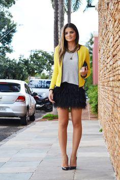 saia de plumas mais casaquinho amarelo - thássia naves (blogdathassia.com.br)