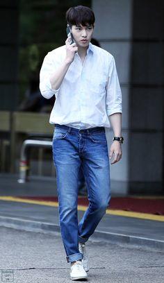 lee jonghyun in white shirt + jeans = perfection Cnblue Jonghyun, Lee Jong Hyun Cnblue, Kang Min Hyuk, Minhyuk, Shinee, Lee Jung, Jung Yong Hwa, Summer Body Goals, Handsome Asian Men