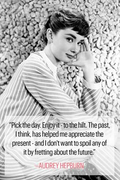 10 Inspirational Audrey Hepburn Quotes to Live By – Best Quotes Live Quotes For Him, Life Quotes Love, Woman Quotes, Great Quotes, Inspirational Quotes, Style Quotes, Motivational Thoughts, Audrey Hepburn Outfit, Audrey Hepburn Photos