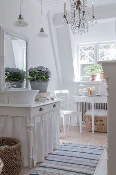 Shabby Chic Kitchen Decor Tips For Your Dream Home Baños Shabby Chic, Muebles Shabby Chic, Shabby Chic Kitchen, Shabby Chic Dining, Kitchen Decor, Cottage Chic, White Cottage, Cottage Style, Old Vanity